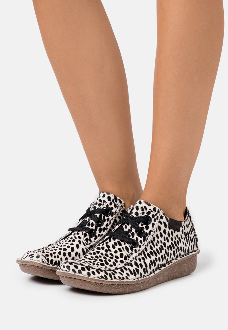 Clarks Unstructured - FUNNY DREAM - Casual lace-ups - white/black