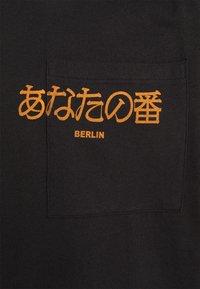 YOURTURN - POCKET - Print T-shirt - black - 2