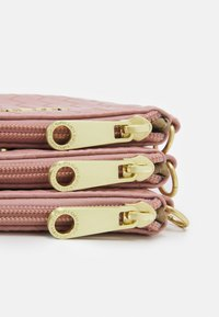 Guess - EMELYN MULTI POUCH 3 PACK SET - Wash bag - rose multi - 4