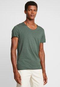 Selected Homme - SLHNEWMERCE O-NECK TEE - Basic T-shirt - cilantro/melange - 0