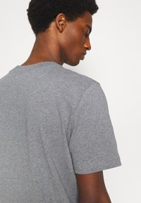 Selected Homme - SLHRELAXCOLMAN O NECK TEE - Basic T-shirt - medium grey melange