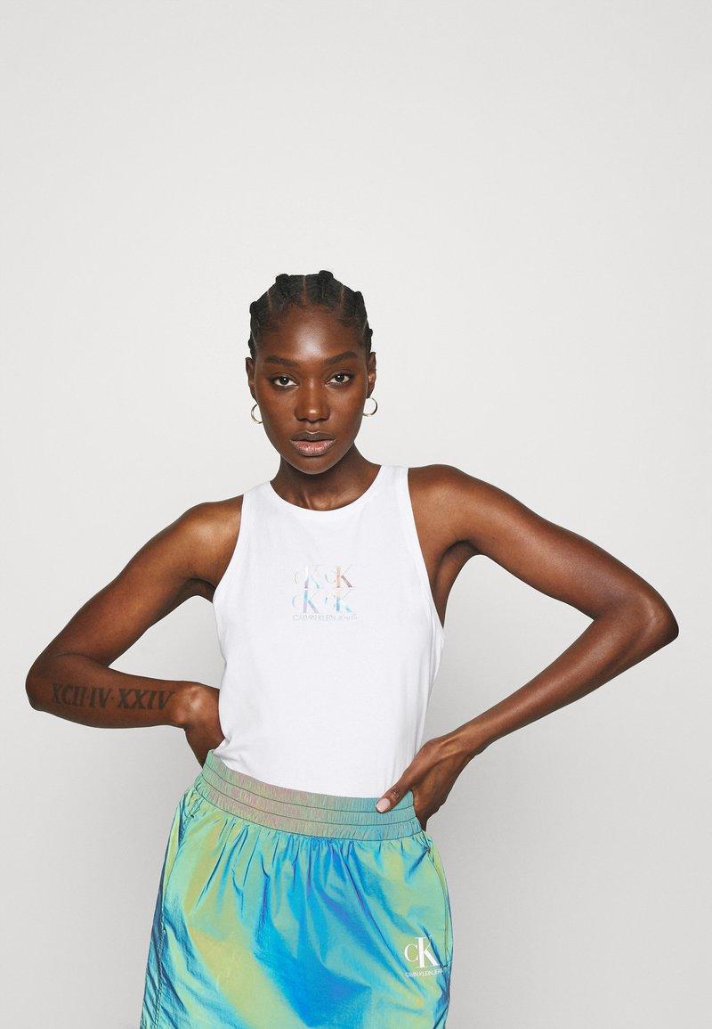 Calvin Klein Jeans - SHINE LOGO RACER BACK - Linne - bright white