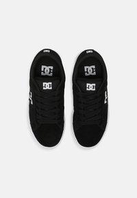 DC Shoes - STRIKER UNISEX - Trainers - black/white - 3