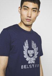 Belstaff - COTELAND  - Print T-shirt - bright navy - 4