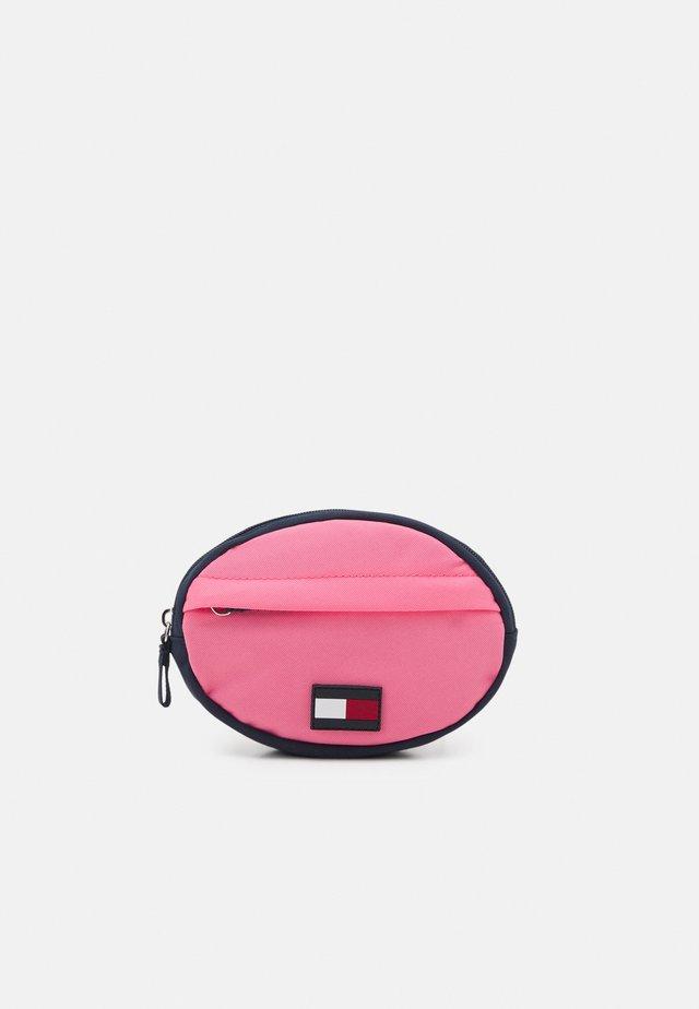 CORE ROUND BUMBAG - Umhängetasche - exotic pink