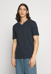 Newport Bay Sailing Club - V NECK 3 PACK - Basic T-shirt - navy/grey marl/off white - 4