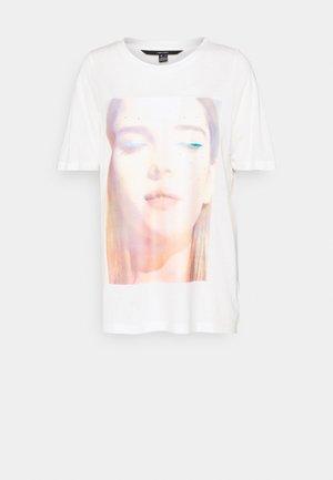 VMNOGA LONG BOX - Print T-shirt - snow white