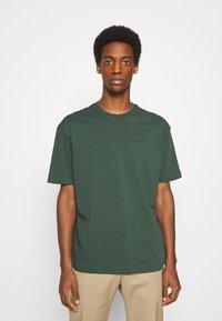 Selected Homme - SLHLOOSEGILMAN O NECK TEE - Basic T-shirt - sycamore - 0
