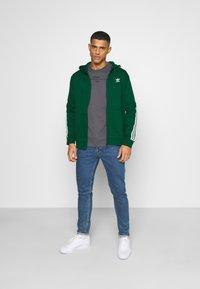 adidas Originals - STRIPES UNISEX - Mikina na zip - dark green - 1