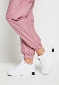 Puma - CALI WEDGE  - Joggesko - white/black - 0