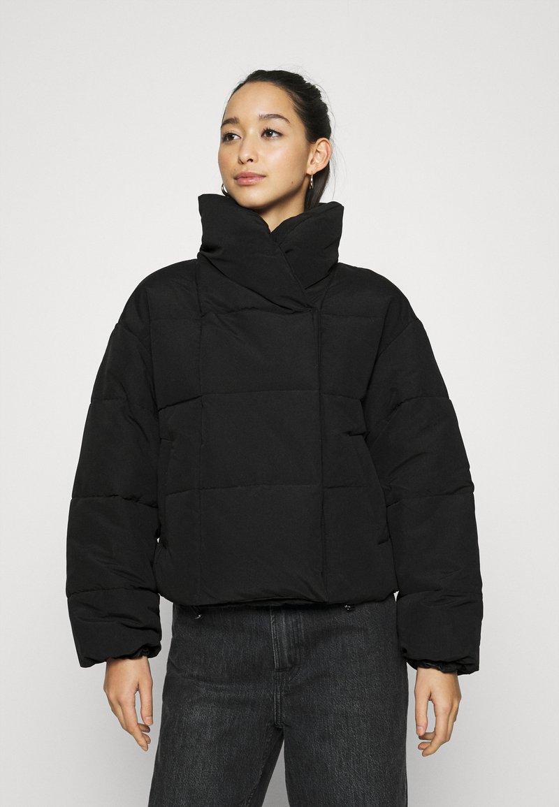 Pieces - PCSAZEL SHORT PUFFER JACKET - Zimní bunda - black