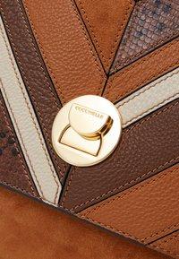 Coccinelle - LIYA CHEVRON MED SATCHEL - Handbag - multi/ caramel - 4