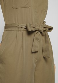 Marc O'Polo DENIM - OVERALL PATCH ON POCKETS BELT - Tuta jumpsuit - bleached olive - 5