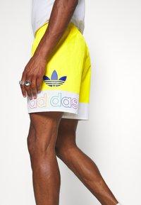 adidas Originals - FREESTYLE  - Shorts - yellow/white - 3