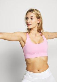 Hey Honey - CRISS CROSS BRA - Light support sports bra - macaron - 3