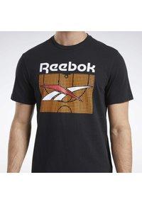 Reebok Classic - CLASSICS B-BALL COURT T-SHIRT - Print T-shirt - black - 6
