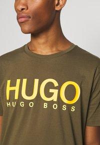HUGO - DOLIVE - Triko spotiskem - green - 6