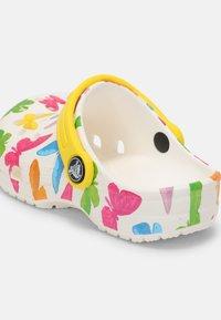 Crocs - CLASSIC VACAY VIBES - Sandály do bazénu - white - 4