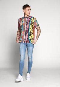 Carlo Colucci - Print T-shirt - indigo/red/yellow - 1