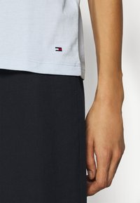 Tommy Hilfiger - CREW NECK GRAPHIC TEE - Camiseta estampada - blue - 5