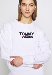 Tommy Jeans - CORP HEART - Bluza - classic white - 5