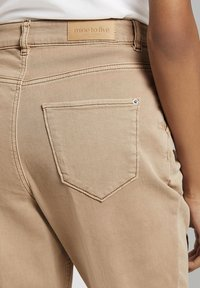 mine to five TOM TAILOR - MIT FALTENDETAIL - Jeans Tapered Fit - light ginger - 7