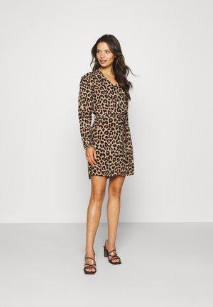 PCNULLA SHIRT DRESS - Hverdagskjoler - brown