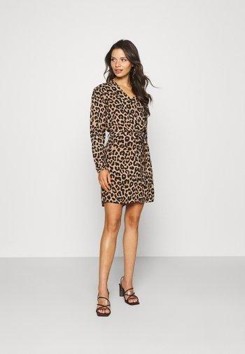 PCNULLA SHIRT DRESS - Vestito estivo - brown