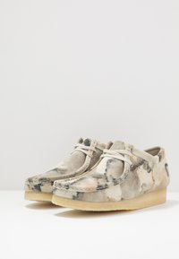 Clarks Originals - WALLABEE - Casual lace-ups - offwhite - 2