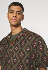 Mennace - PEACOCK PATTERN REVERE SHIRT - Shirt - dark green - 3