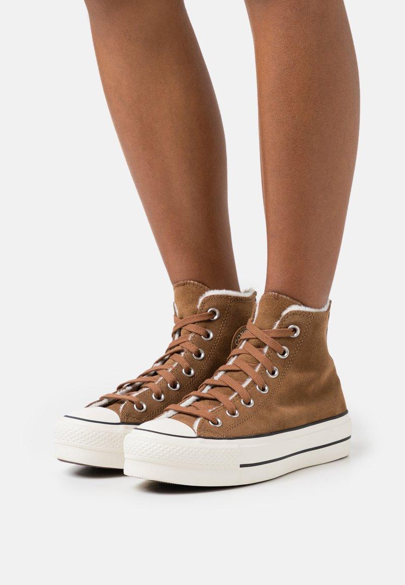 Converse - CHUCK TAYLOR ALL STAR LIFT - Zapatillas altas - clove brown/egret/black
