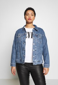 Levi's® Plus - BOYFRIEND TRUCKER - Denim jacket - light-blue denim - 0