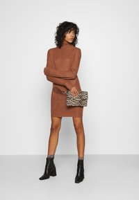 Missguided - ROLL NECK BASIC DRESS - Pletené šaty - mocha - 1