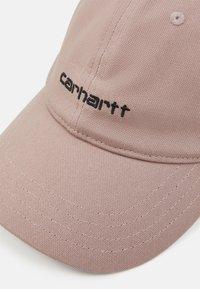 Carhartt WIP - SCRIPT UNISEX - Czapka z daszkiem - earthy pink/black - 3