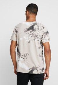 Jack & Jones - JCOMONT TEE CREW NECK - T-shirt med print - feather gray - 2
