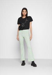 Monki - Pantalones - green melange - 1