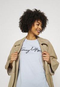 Tommy Hilfiger - CREW NECK GRAPHIC TEE - Camiseta estampada - blue - 3