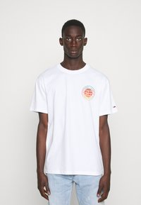 Tommy Jeans - CIRCULAR GRAPHIC TEE - Printtipaita - white - 0