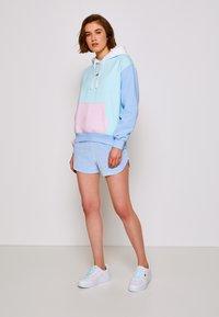 Tommy Jeans - COLOR BLOCK HOODIE - Sweatshirt - light powdery blue - 3