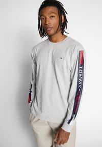Tommy Jeans - LONGSLEEVE TAPE TEE - Langærmede T-shirts - grey - 0
