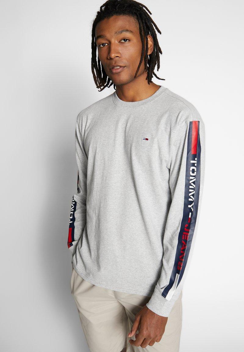 Tommy Jeans - LONGSLEEVE TAPE TEE - Langærmede T-shirts - grey