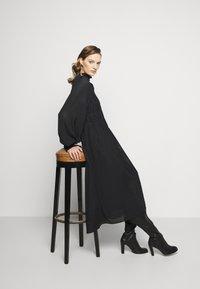 Victoria Beckham - LONG SLEEVE SMOCKED MIDI - Denní šaty - black - 4