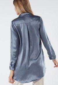 Intimissimi - BLUSE AUS SEIDE MIT KLASSISCHER MANSCHETTE - Pyjama top - blue - 1