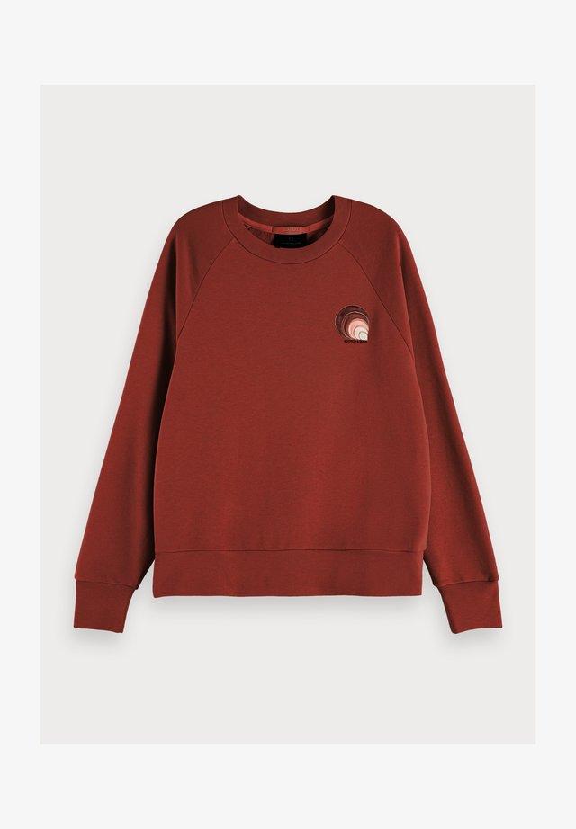 TEXTURED LONG SLEEVE ARTWORK SWEATER - Sweater - island brown