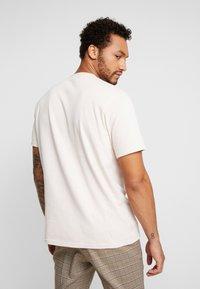 Mennace - ESSENTIAL SIG UNISEX - Camiseta básica - beige - 2