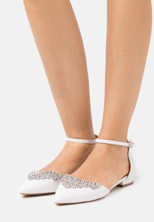 LOULOU - Ballerinat nilkkaremmillä - white