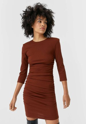 KURZES KLEID MIT RAFFUNG - Jersey dress - brown