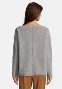 Betty & Co - MIT RUNDHALSAUSSCHNITT - Sweatshirt - braun melange - 2