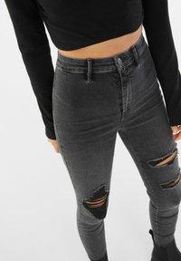 Bershka - MIT RISSEN  - Jeans Skinny Fit - dark grey - 3