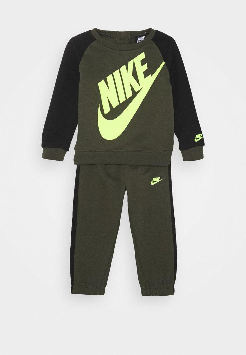 Nike Sportswear - OVERSIZED FUTURA CREW BABY SET - Trainingspak - cargo khaki